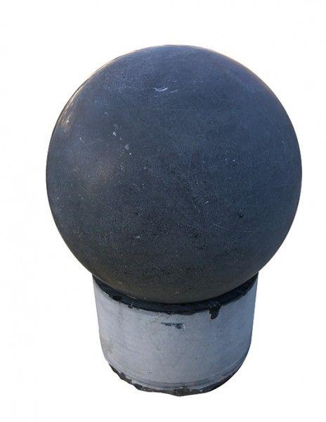 Asia-Kugel schwimmend mit kleinem Basisstein dunkel von Naturstein Geukes