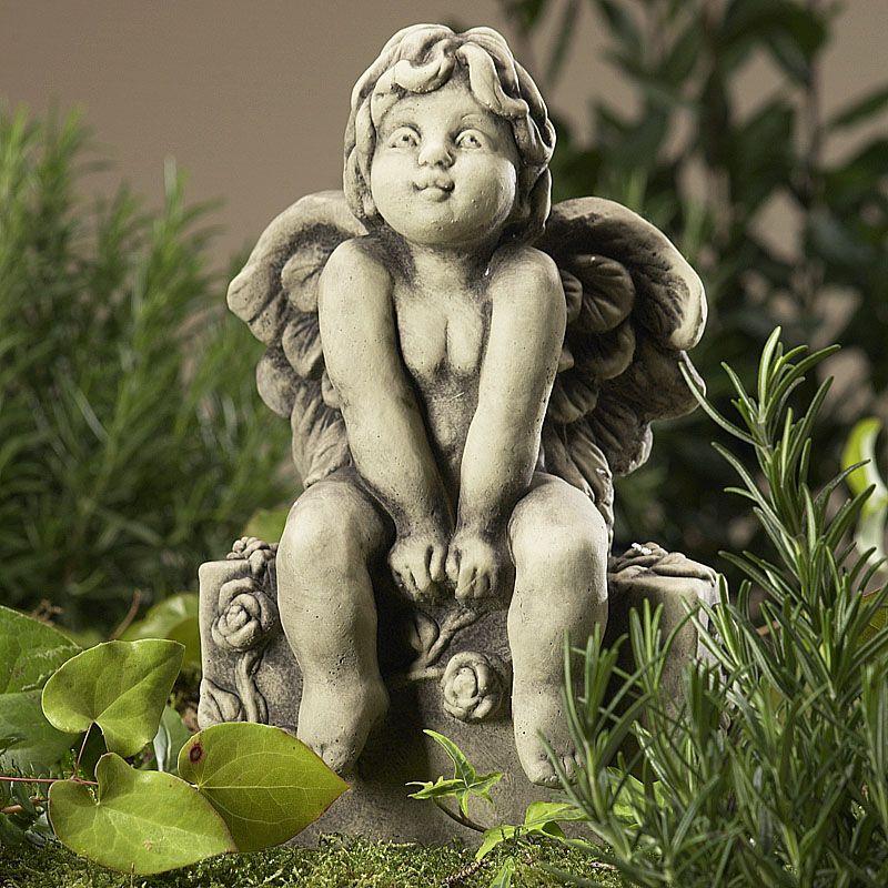 Engel Esme auf Sockel- Betongussvon Zauberblume