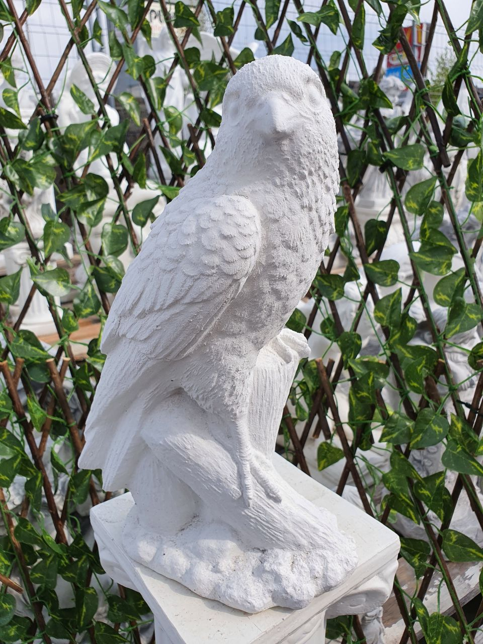 Gartenfigur Adler auf Stamm- klein- weiss