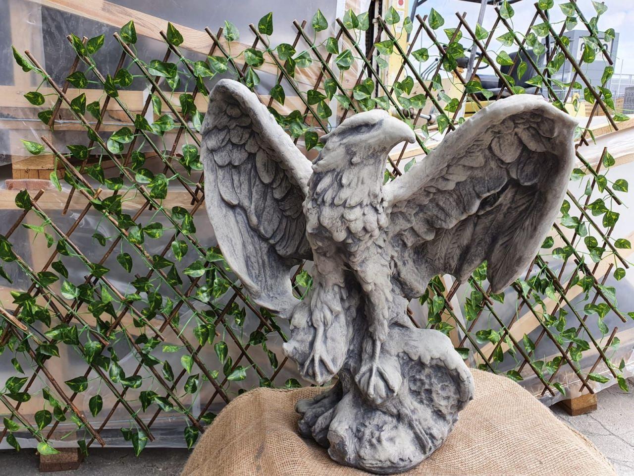 Gartenfigur Adler mit gespannten Flügeln Antik