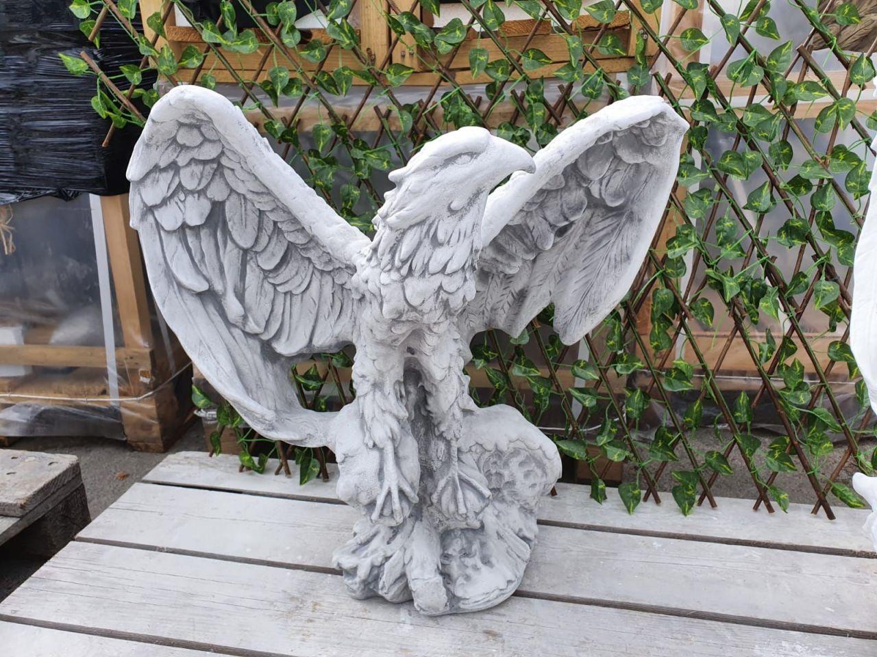 Gartenfigur Adler mit gespannten Flügeln Grau Antik