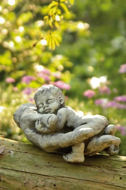 Gartenfigur Baby in Hand NIMA- Steinguss