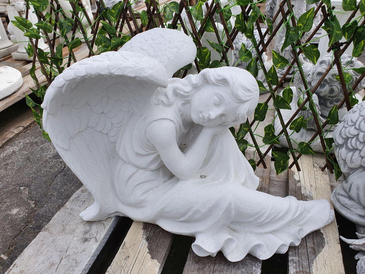 Gartenfigur Engel an Knie angelehnt- weiss