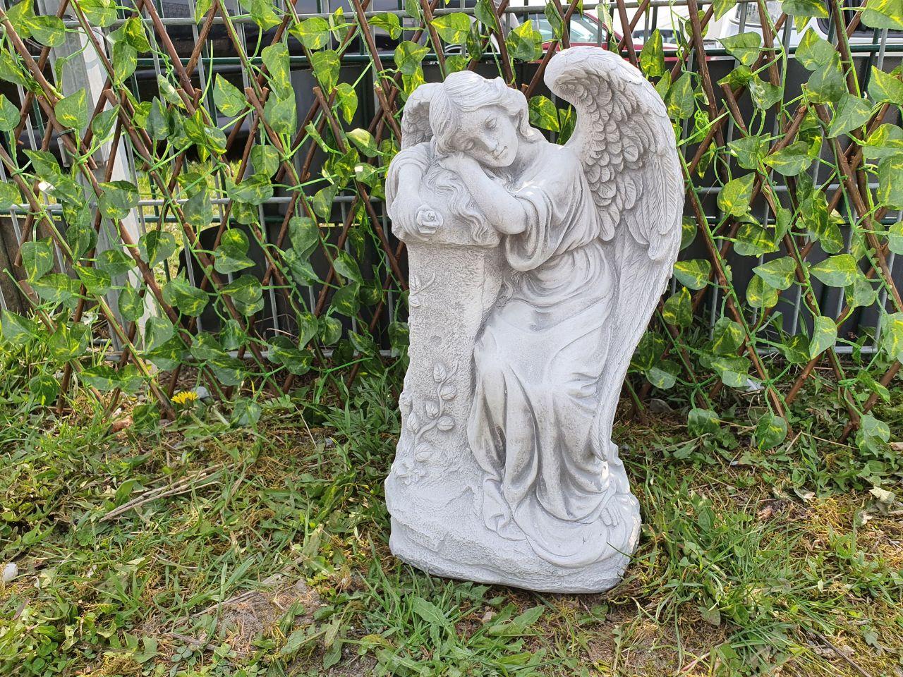 Gartenfigur Engel an Säule- antik