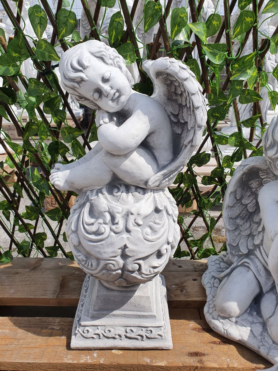 Gartenfigur Engel auf Kugel- Antik