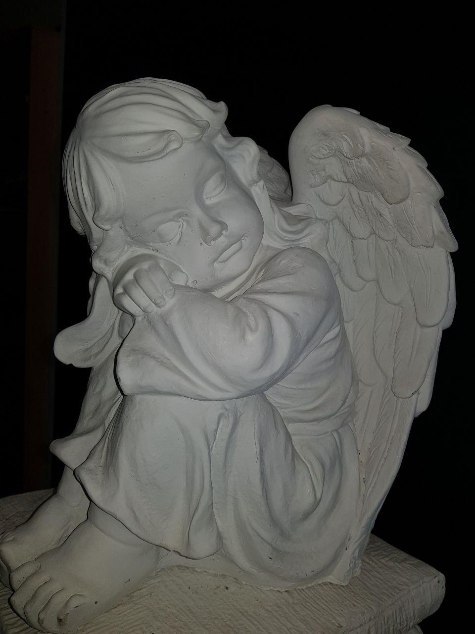 Gartenfigur Engel mit Gesicht zur Seite