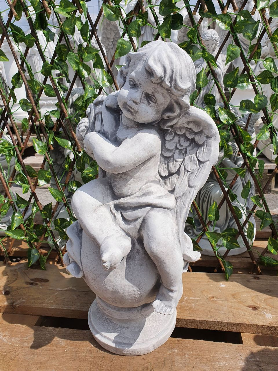 Gartenfigur Engel mit Harfe auf Kugel- antik