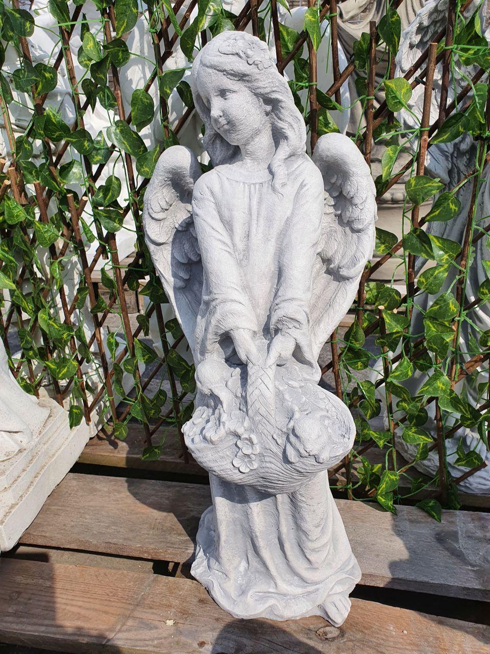 Gartenfigur Engel mit Korb- antik