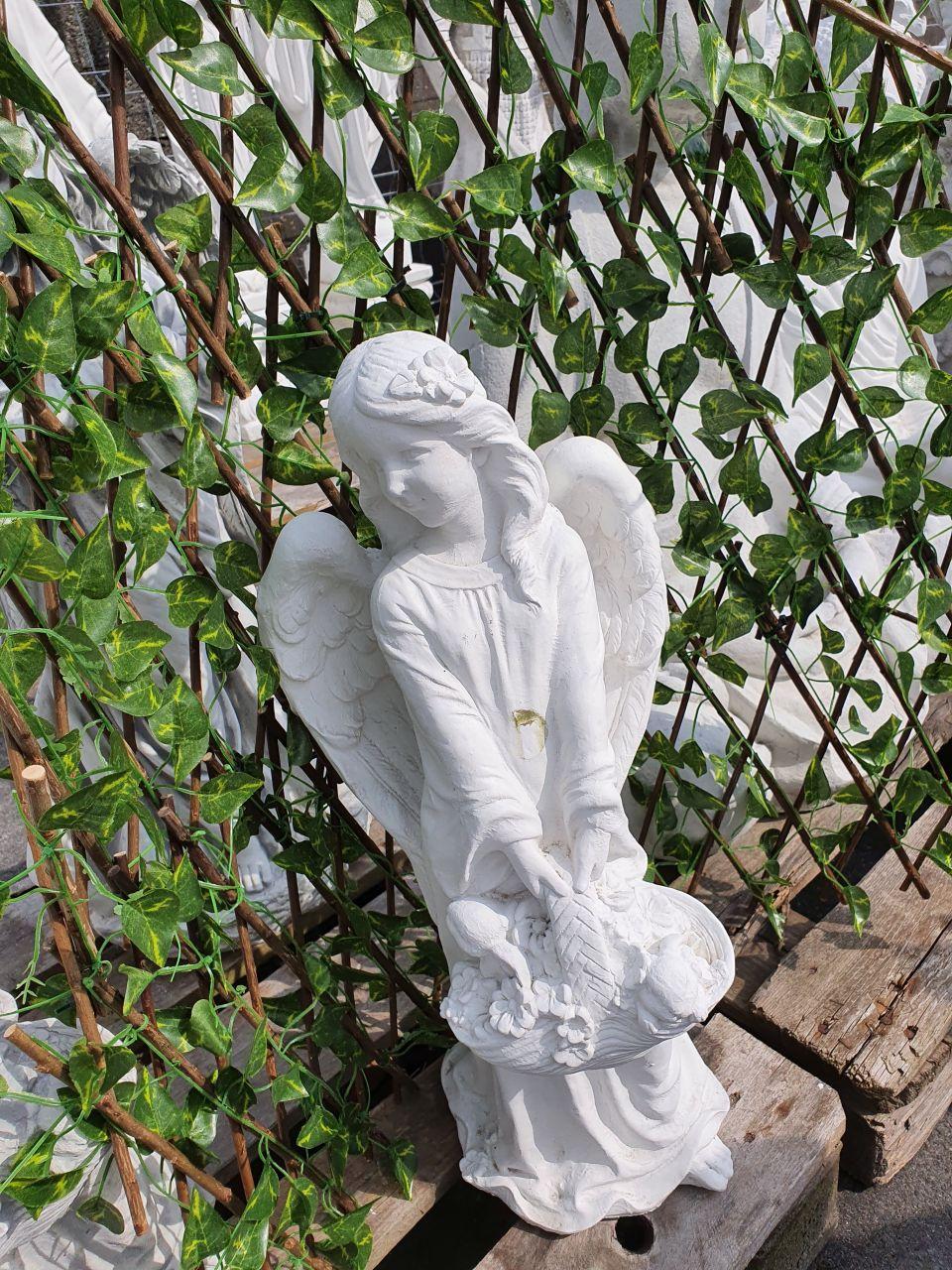 Gartenfigur Engel mit Korb- weiss