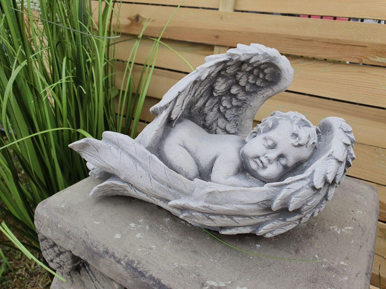 Gartenfigur Engel schlafend in Flügel