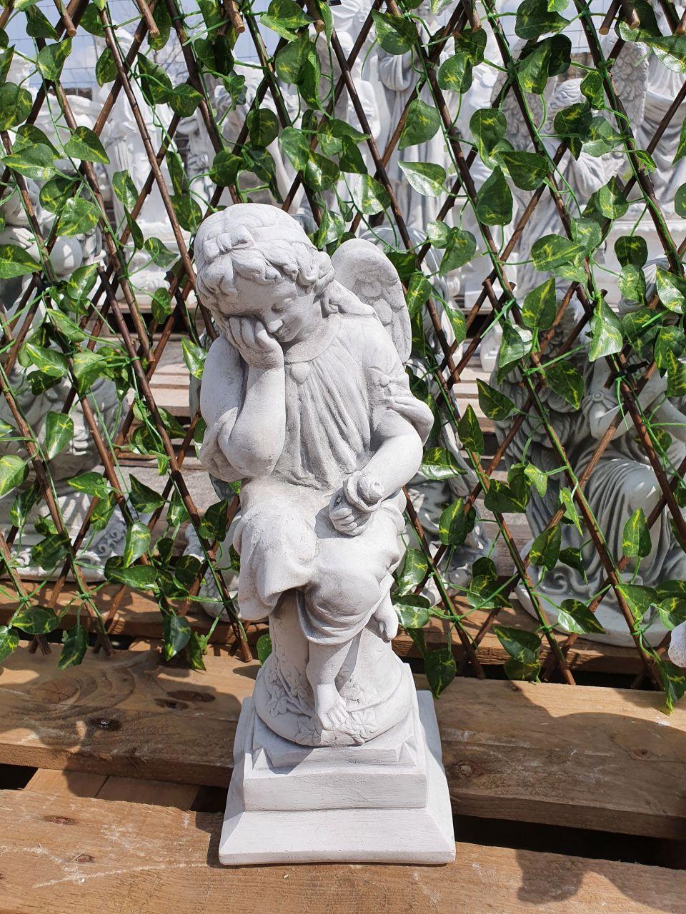 Gartenfigur Engel sitzend auf Säule- antik
