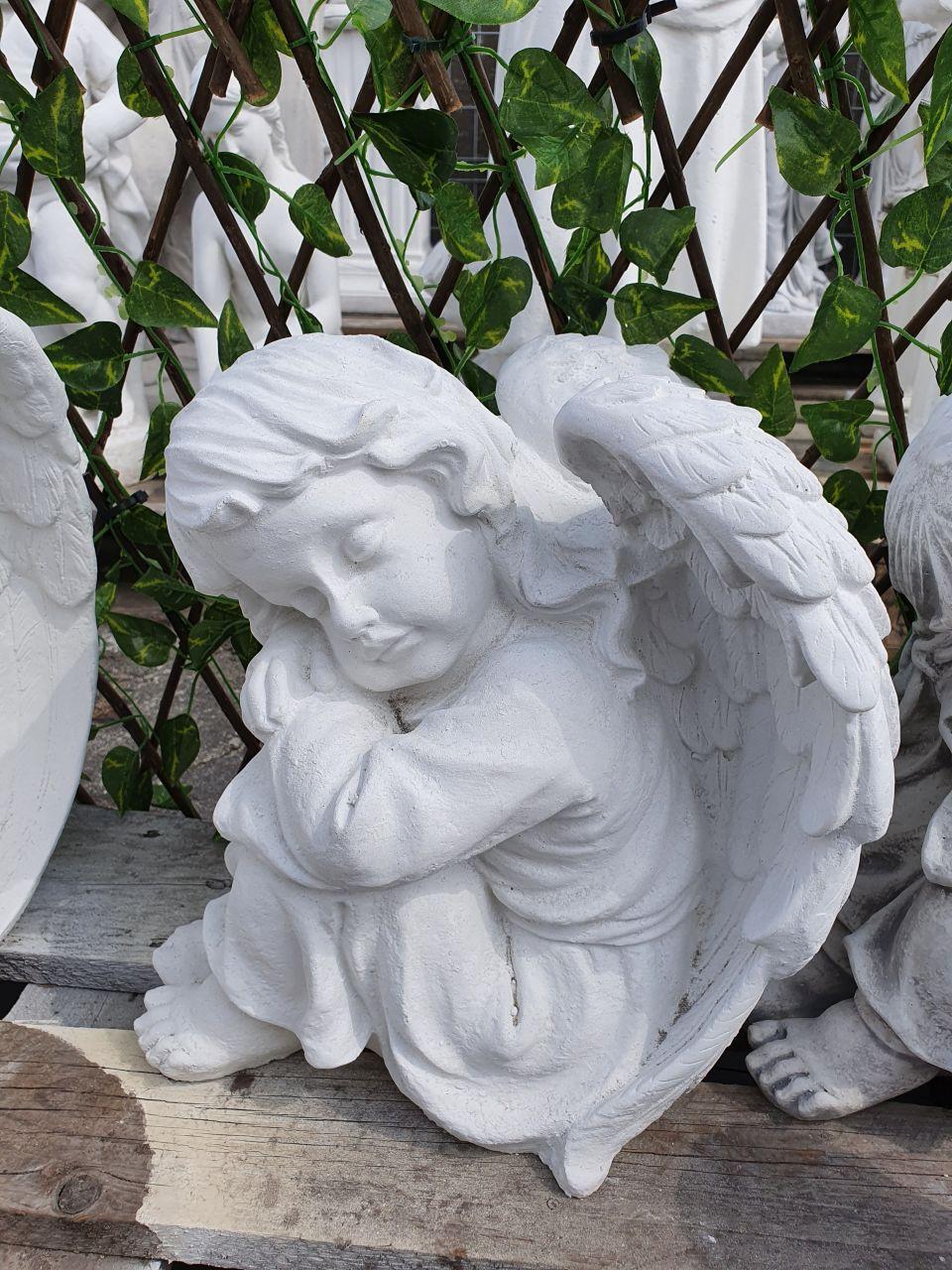 Gartenfigur Engelfrau sitzend- weiss