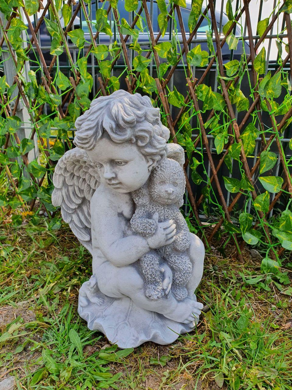 Gartenfigur Engeljunge mit Teddy- antik