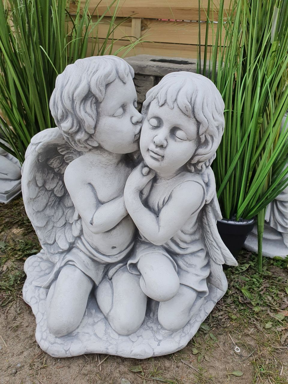Gartenfigur Engelpärchen küssend- antik