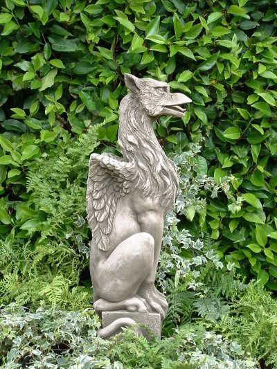 Gartenfigur GRYPHON- stolzer Drache- (c) by Fiona Scott