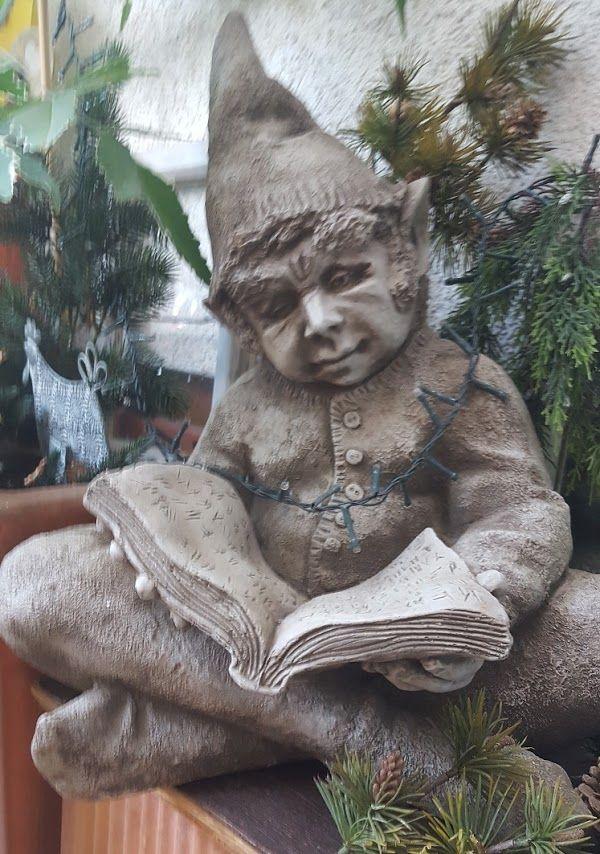 Gartenfigur MIKE lesender Wicht (c) by Fiona Scott- Steinguss
