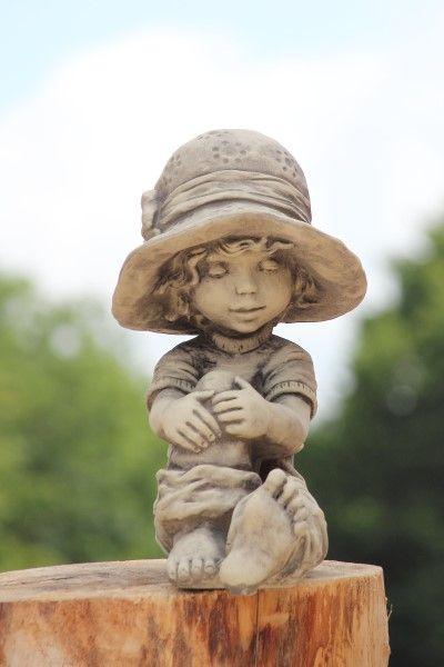 Gartenfigur Sarah Kay LAURA- sitzend- Steinguss
