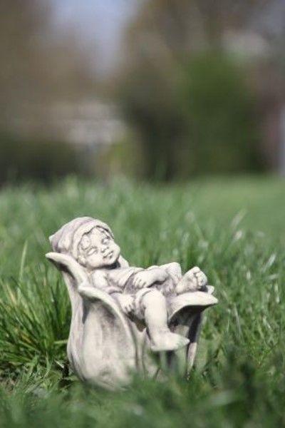 Gartenfigur Sprössling GLOCKENBLUME- Steinguss
