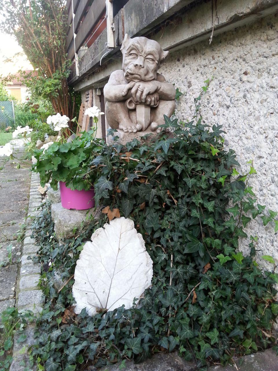 Gartenfigur SWORD GARGOYLE klein (c) by Fiona Scott- Steinguss