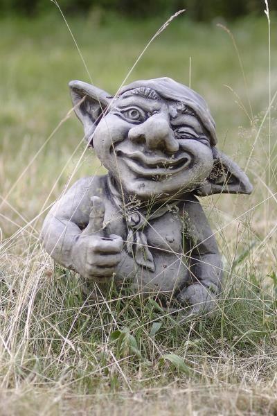 Gartenfigur Troll zeigt o-k- HÄGAN- Steinguss
