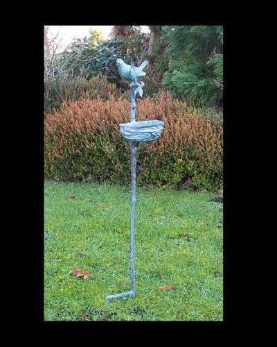 Gartenfigur Vogelfutterschale auf Stock