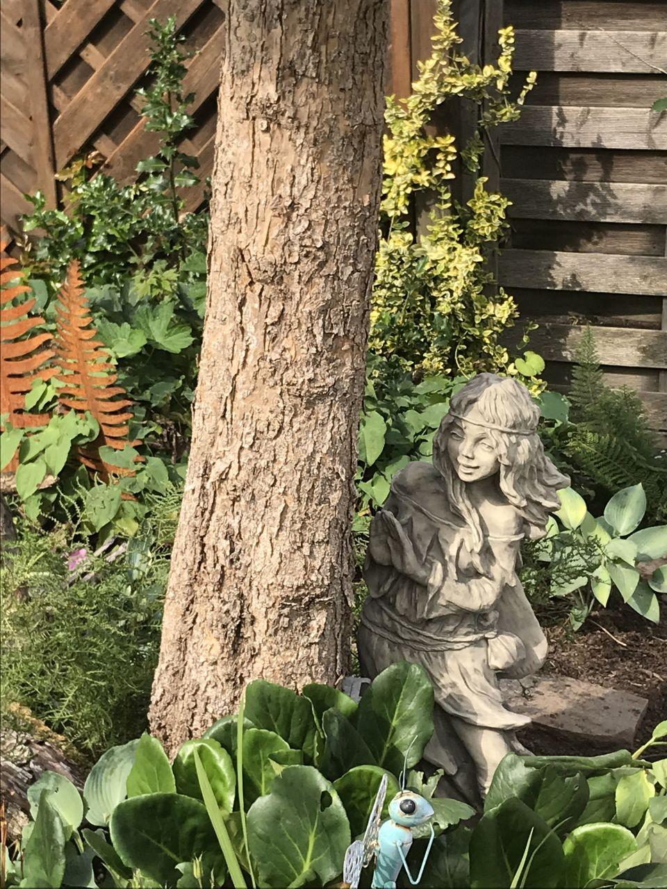 Gartenfigur Waldbewohnerin versteckt BRÜNHILD- Steinguss