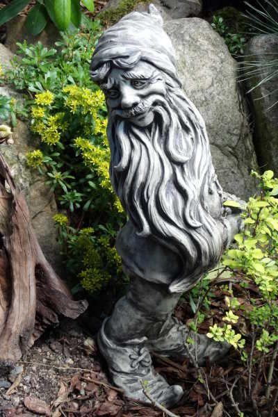Gartenfigur Zwerg mit Blume- Steinguss